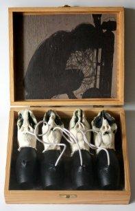 À BOUT DE SOUFFLE-Le don, 22h x 10 x 23 cm ouvert, grès-oxyde-acrylique-caouchouc-fourrure-collage sur bois