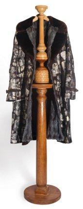 SUIS-JE? 184h x 66 x 24 cm,porte cierge d'église-fourrure-cintre-collage de portraits de célébrité sur manteau de suède.