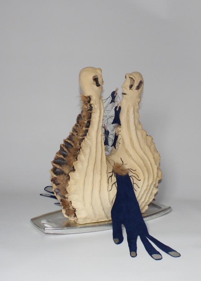 LA MER D'ARGENT, 48hx44x64cm, grès-oxyde-fourrure-cuir-aluminium sur bois-épingles à linge